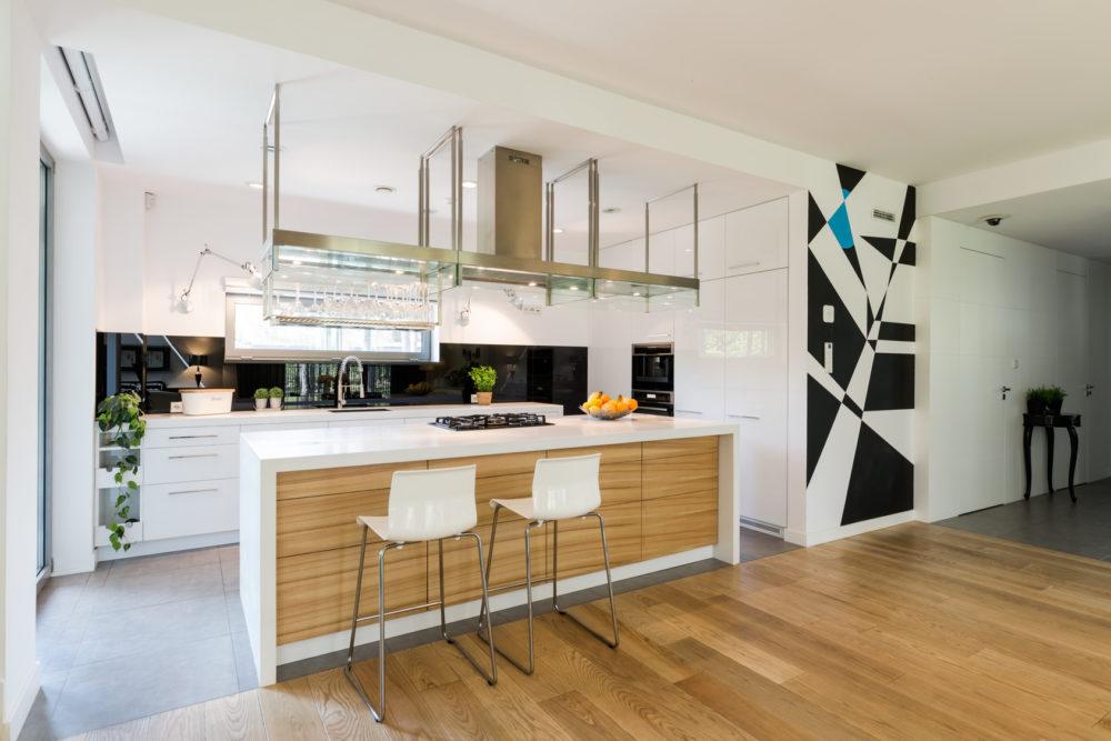 Fliesen und Holzböden ergänzen sich vor allem in offenen Wohnküchen hervorragend