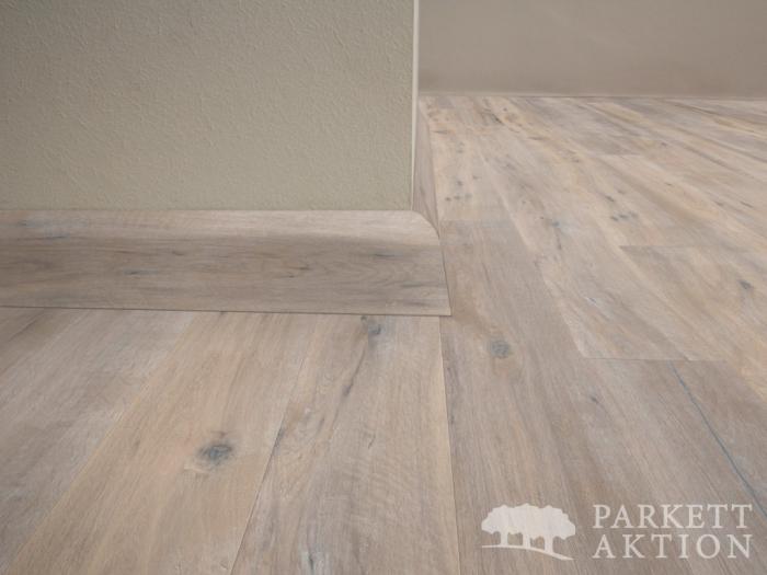 sockelleisten eiche anger uchert weiss ge lt mit weisser pore parkett. Black Bedroom Furniture Sets. Home Design Ideas